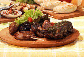 plato-de-madera-con-asado